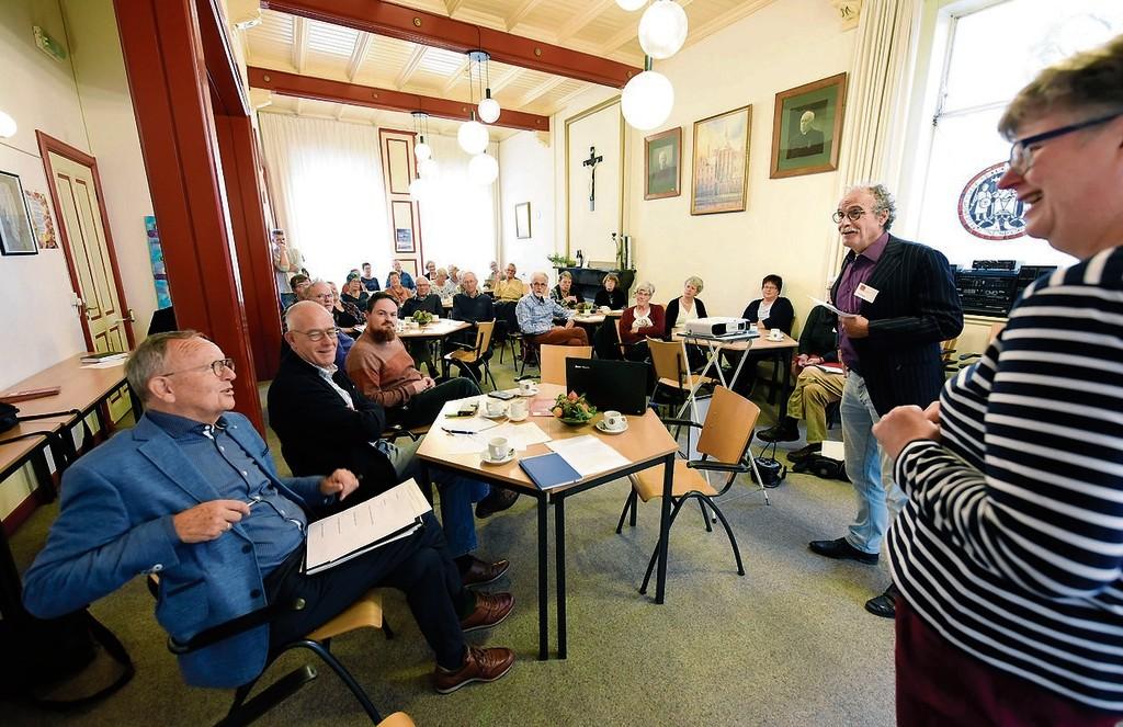 Juryleden Piet van Asperen en Loek Punt (links) in gesprek met pastor Lysbeth Minnema, die een van de presentaties gaf